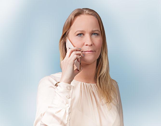 Sabrina Lackner am Telefon